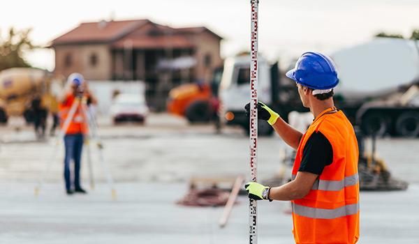 Économisez sur votre assurance commerciale si vous êtes arpenteur-géomètre.