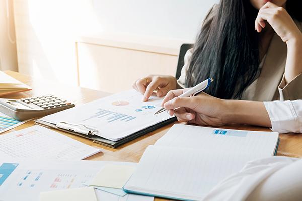Utiliser les services comptables pour organiser la comptabilité d'entreprise.